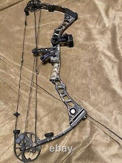 Mathews Archery Switchback RH 29 Draw 60-70# with Sight And Fall away Rest