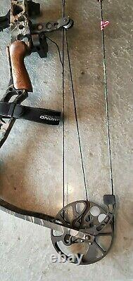 Matthews switchback compound hunting bow with 6 arrows & sight, right hand, used